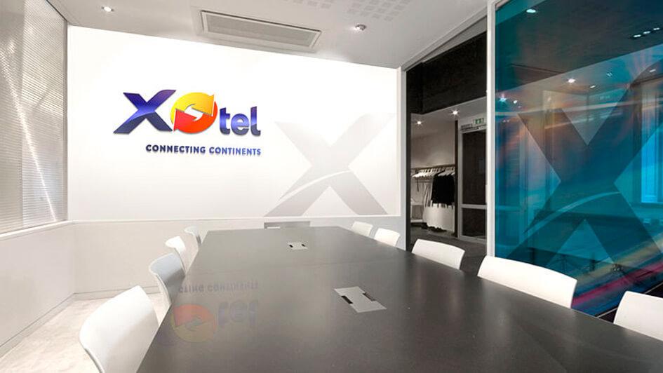 Логотип в интрьере компании Xotel © Креативное агентство KENGURU